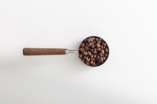 Bovenaanzicht van cup met gebrande koffiebonen
