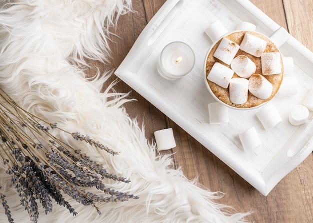Bovenaanzicht van cup met warme chocolademelk en marshmallows naast lavendel
