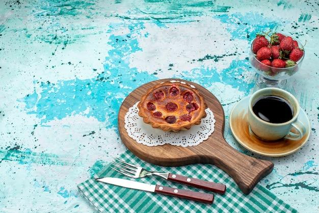 Bovenaanzicht van cupcake met gebakken kersen naast americano en volledige plaat van kersen