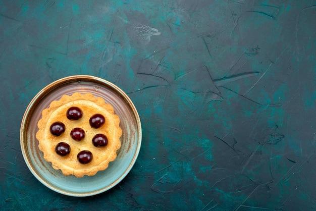 Bovenaanzicht van cupcake met kersen en koel bord