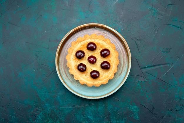 Bovenaanzicht van cupcake met kersen en zonnige versierde stijl