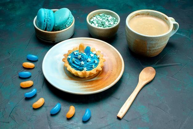 Bovenaanzicht van cupcake met opvallende stijl naast latte