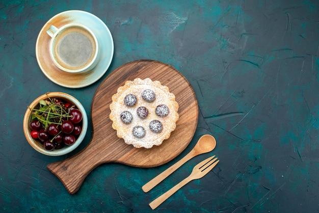 Bovenaanzicht van cupcake met suikerpoeder naast mooie decoratie