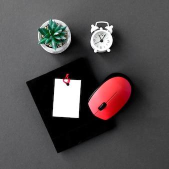 Bovenaanzicht van cyber maandag essentials met klok en muis