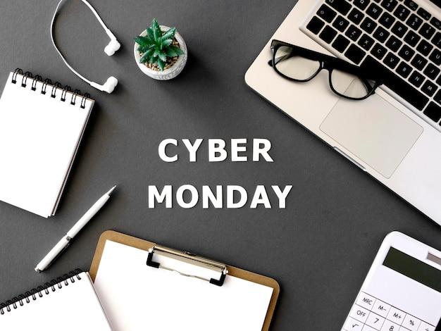 Bovenaanzicht van cyber maandag laptop met koptelefoon en blocnote