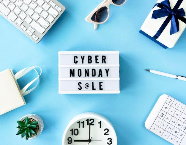 Bovenaanzicht van cyber maandag lichtbak met klok en cadeau