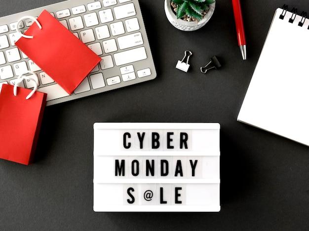 Bovenaanzicht van cyber maandag lichtbak met toetsenbord en tags