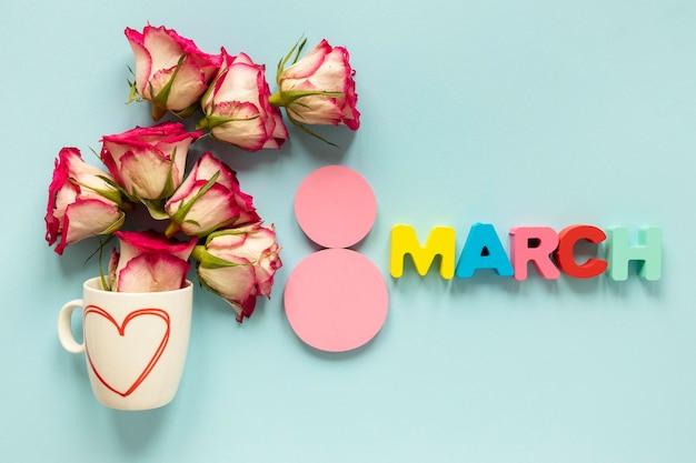 Bovenaanzicht van datum met bloemen voor vrouwendag