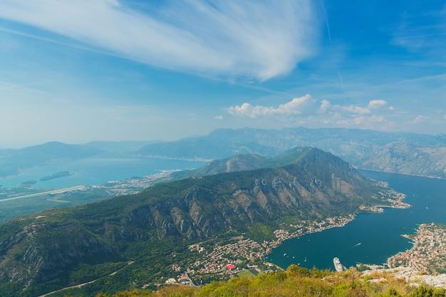 Bovenaanzicht van de baai van kotor, montenegro. kleurrijk landschap met boten en jachten in marina bay, zee, bergen, blauwe lucht