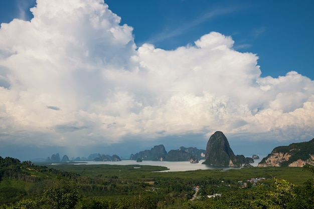 Bovenaanzicht van de baai van phang nga vanuit het gezichtspunt van toh li in de buurt van samed nangchee phang nga thailand