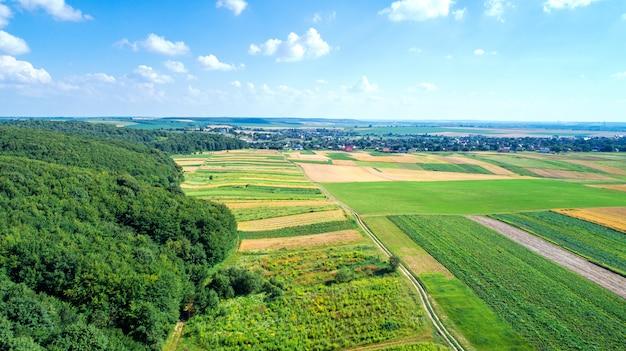 Bovenaanzicht van de boerderijen met tuinen en de weg