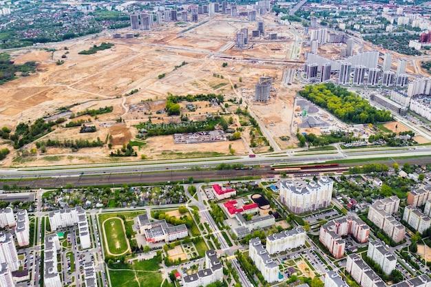 Bovenaanzicht van de bouwplaats en de stad