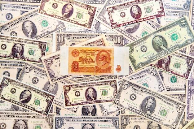 Bovenaanzicht van de dollarbiljetten en roebels van de sovjet-unie