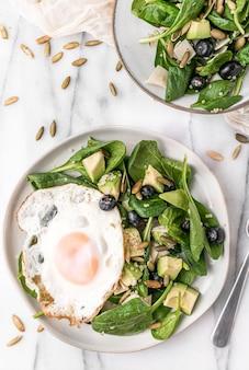 Bovenaanzicht van de frisse salade met een gebakken ei