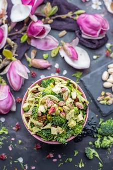 Bovenaanzicht van de heerlijke vegan salade in de bowl