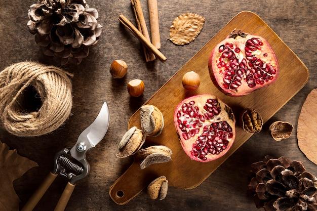 Bovenaanzicht van de herfst granaatappels met kaneelstokjes en string