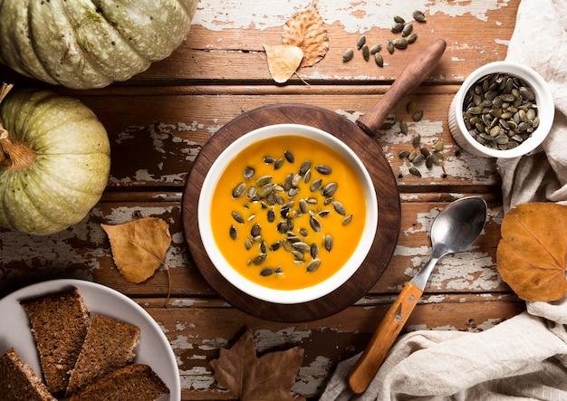 Bovenaanzicht van de herfst squash soep met lepel