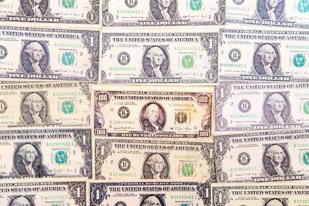 Bovenaanzicht van de honderd-en-een-dollarbiljetten