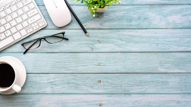 Bovenaanzicht van de houten tafel met de werkuitrusting