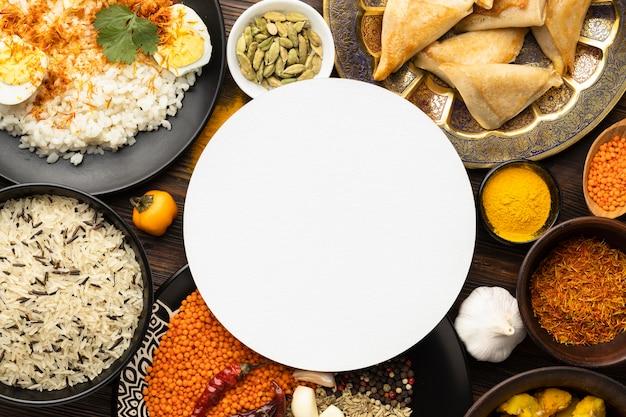 Bovenaanzicht van de indiase kruidenregeling