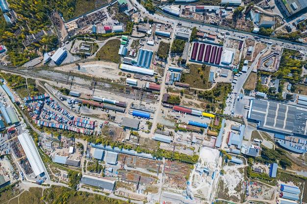 Bovenaanzicht van de industriezone: garages, magazijnen, containers voor het opslaan van goederen.