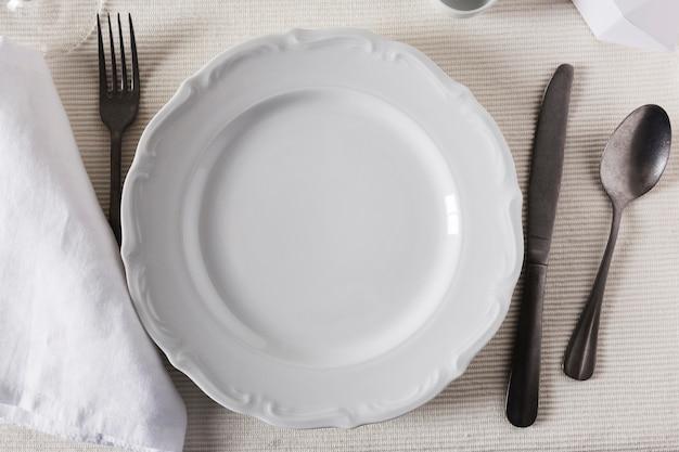 Bovenaanzicht van de instelling van de eettafel voor chanoeka met borden en bestek