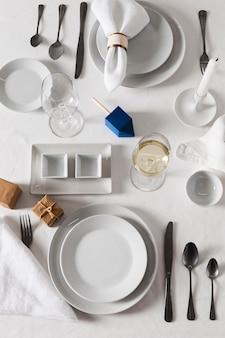 Bovenaanzicht van de instelling van de eettafel voor chanoeka