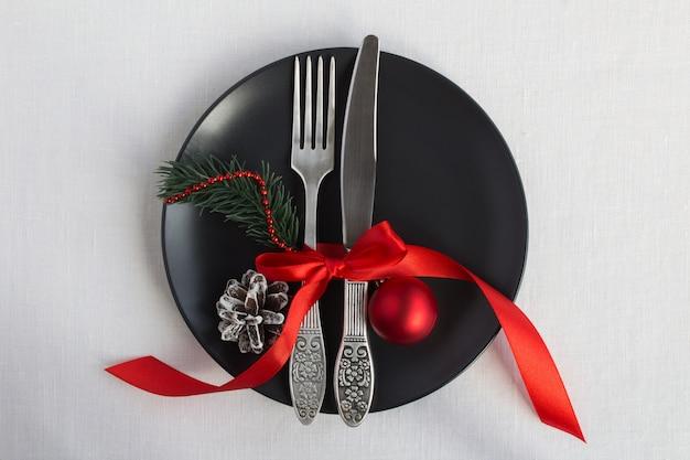 Bovenaanzicht van de instelling van de kersttafel op de zwarte plaat