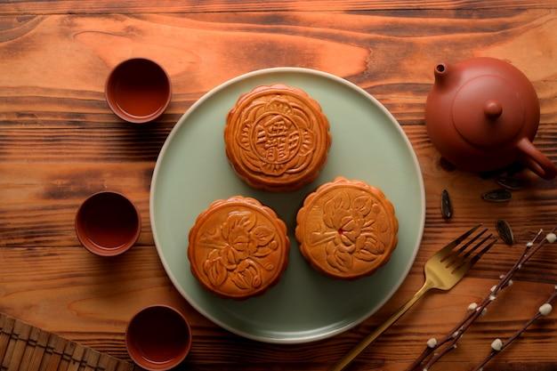 Bovenaanzicht van de instelling van de tabel met maancakes en theeservies in maanfestival. chinees karakter op de maancake vertegenwoordigt