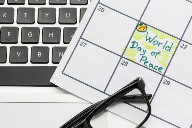 Bovenaanzicht van de kalender met de werelddag van de vrede