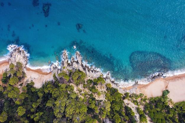 Bovenaanzicht van de kustlijn met strand en baaien
