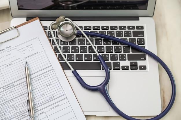 Bovenaanzicht van de laptop met een stethoscoop
