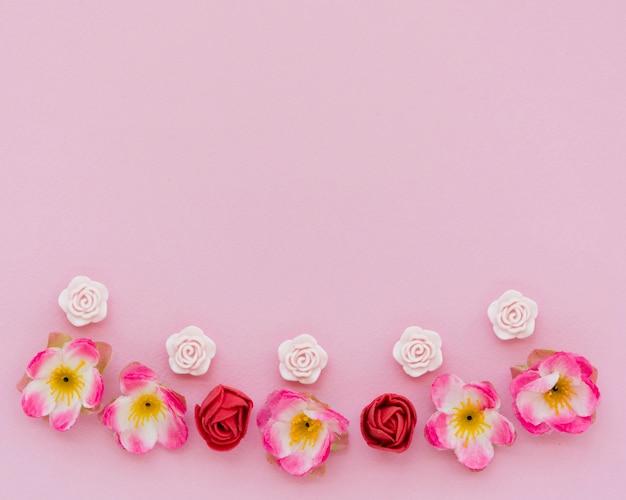 Bovenaanzicht van de lente rozen met kopie ruimte