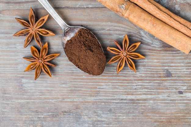 Bovenaanzicht van de lepel met gemalen koffie en aromatische kruiden