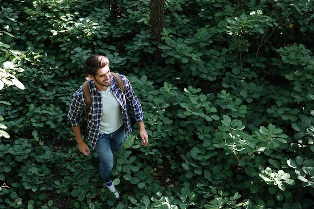 Bovenaanzicht van de mens in het bos
