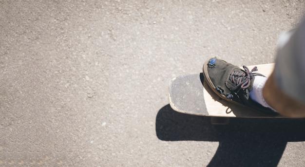 Bovenaanzicht van de mens op skateboard