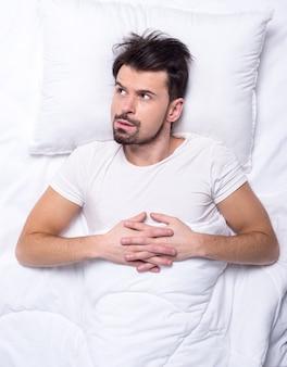 Bovenaanzicht van de mens probeert in slaap te vallen.