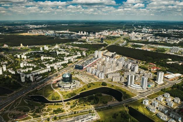 Bovenaanzicht van de nationale bibliotheek en een nieuwe wijk met een park in minsk, de hoofdstad van de republiek wit-rusland, een openbaar gebouw.