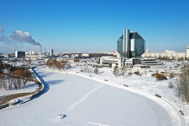 Bovenaanzicht van de nationale bibliotheek in minsk in de winter.