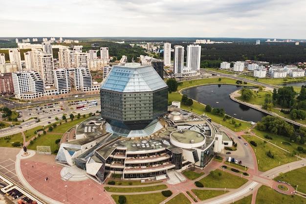 Bovenaanzicht van de nationale bibliotheek in minskthe hoofdstad van de republiek wit-rusland