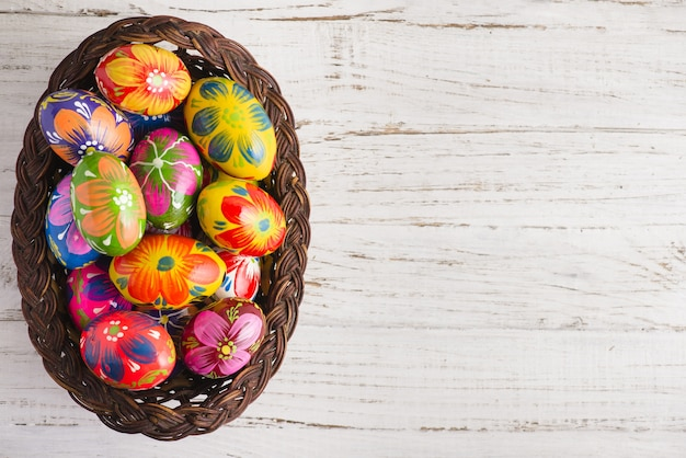 Bovenaanzicht van de paashaas eieren op een rieten mand