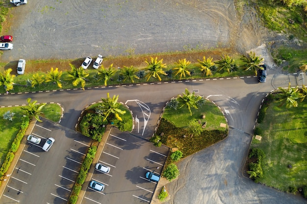 Bovenaanzicht van de parkeerplaats bij casela park op het eiland mauritius.