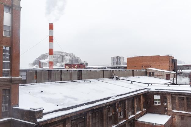 Bovenaanzicht van de parkeerplaats op de binnenplaats van de fabriek in de winter