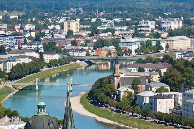 Bovenaanzicht van de rivier de salzach en de oude stad in het centrum van salzburg, oostenrijk, vanaf de muren van het fort