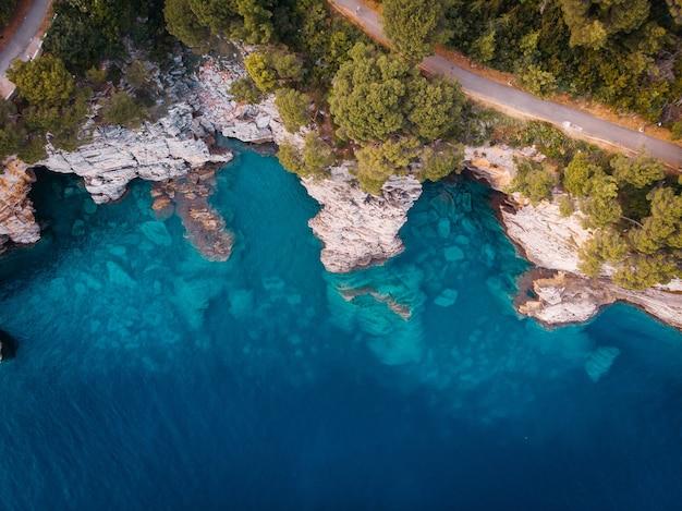 Bovenaanzicht van de rotsachtige kust van de kristalheldere adriatische zee