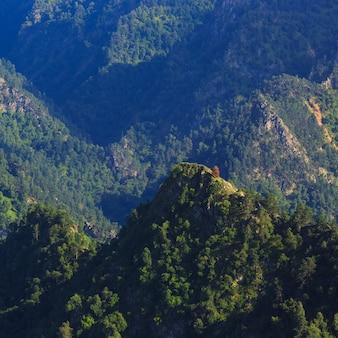 Bovenaanzicht van de rotswanden van de noord-kaukasus in rusland