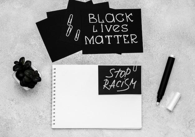 Bovenaanzicht van de selectie van kaarten met zwarte levens doen ertoe en notitieboekje