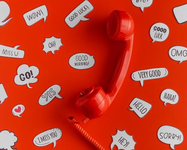 Bovenaanzicht van de selectie van praatjebellen met telefoonontvanger