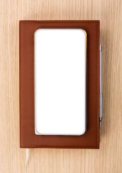 Bovenaanzicht van de smartphone op een dagboek