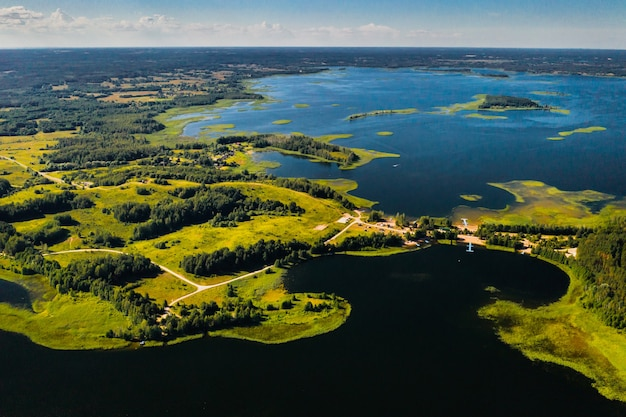 Bovenaanzicht van de snudy en strusto meren in het braslav lakes national park